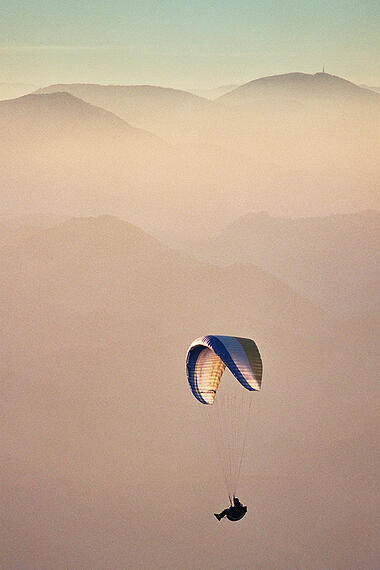 Opportunity-risk-parachute-milivoj-kuhar-537789-unsplash